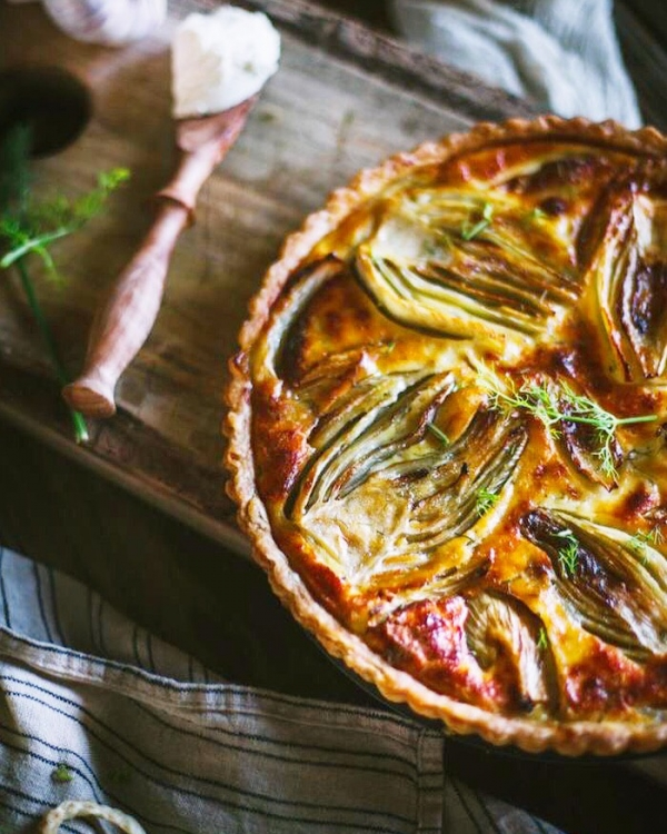 Tart with fennel, yogurt and turkey